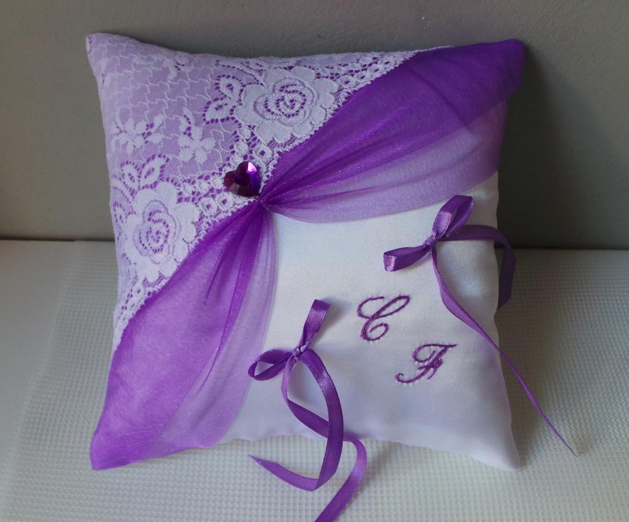 coussin alliances dentelle blanc violet parme personnalisé(31)
