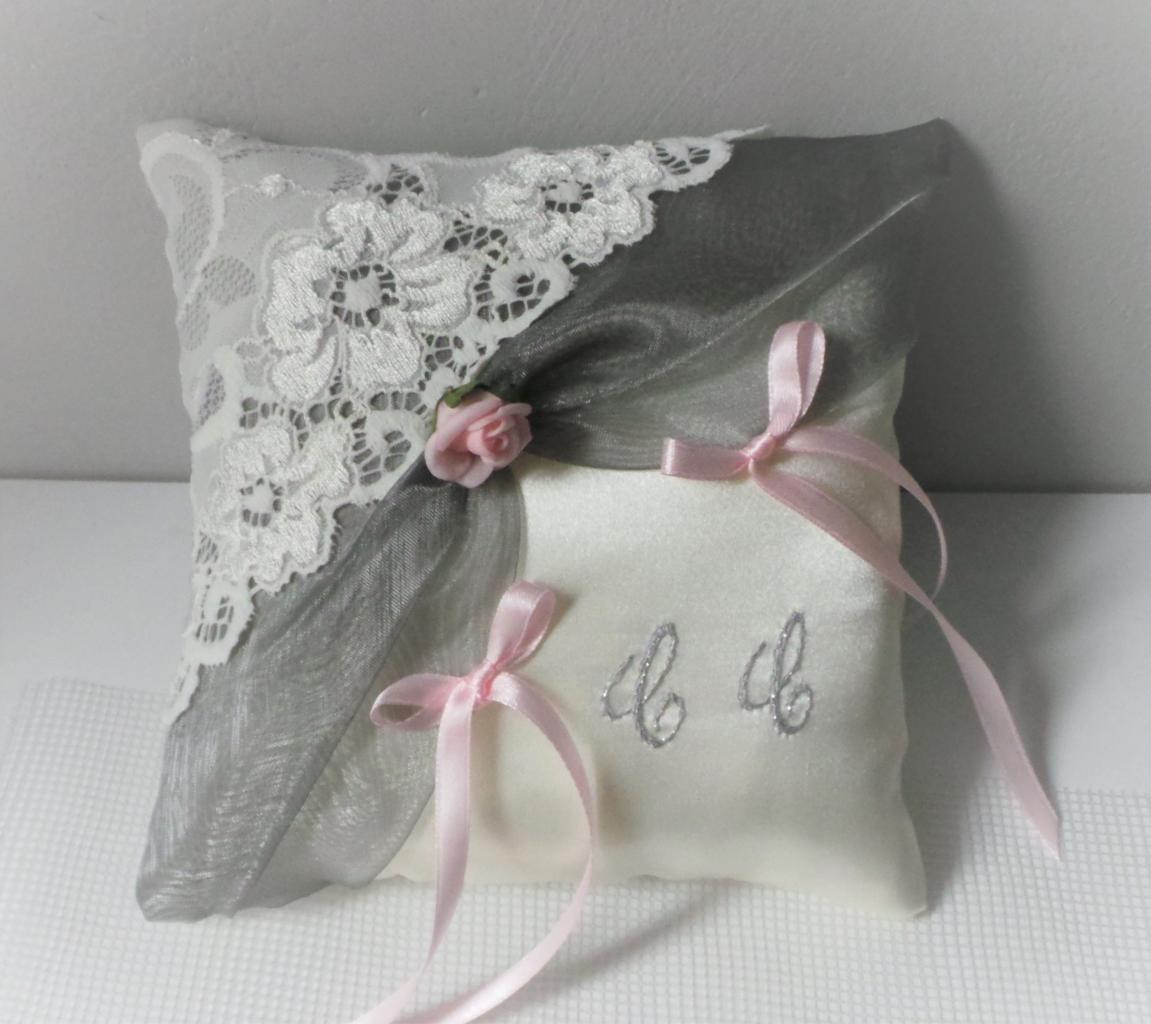 Coussin porte alliances dentelle gris argent personnalisé rose (35)