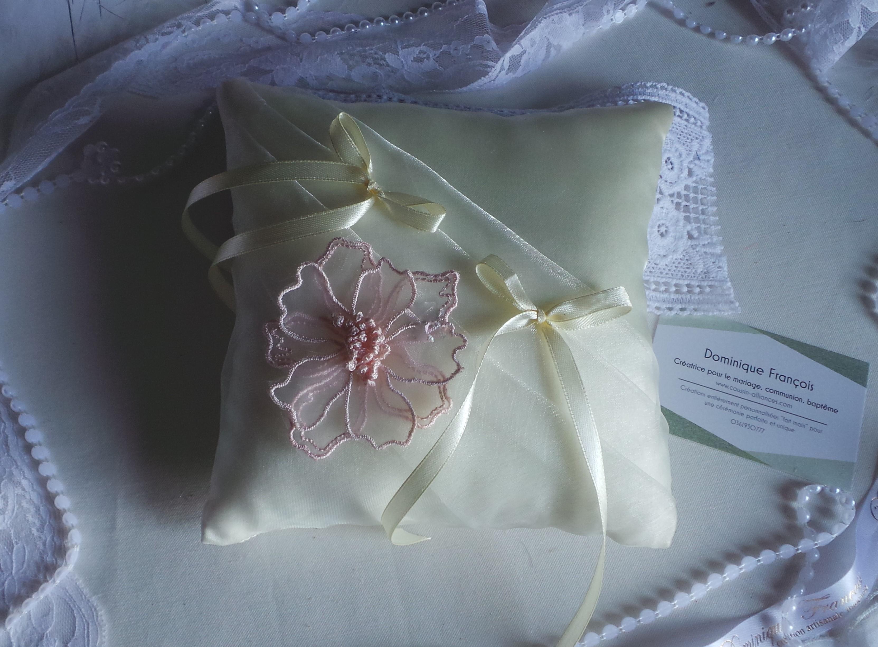 Coussin porte alliances chic ivoire rose poudré