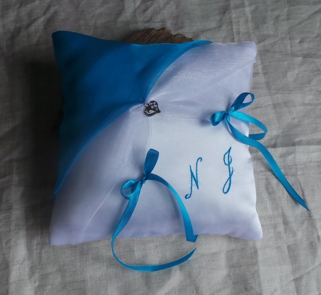Coussin alliance chic turquoise et blanc ou ivoire personnalisé. En vente sur la boutique