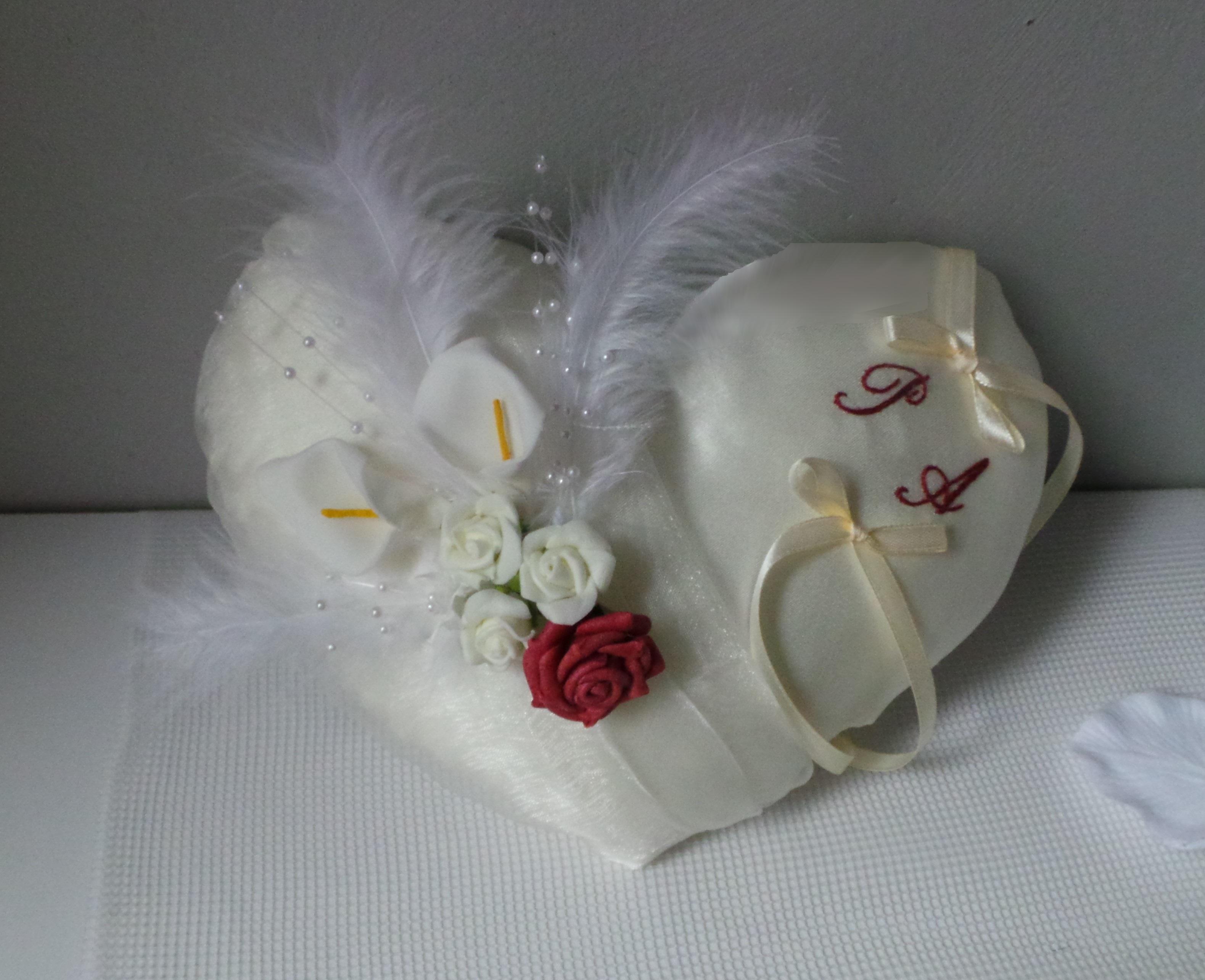coussin de mariage porte alliance coeur ivoire déco bordeaux