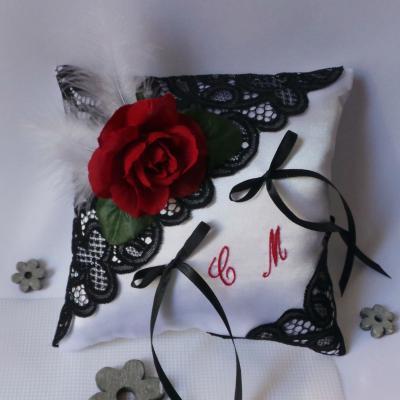 Coussin de mariage porte alliance dentelle noire rose rouge