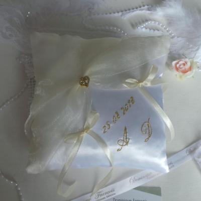 coussin mariage chic blanc ivoire et or personnalisé