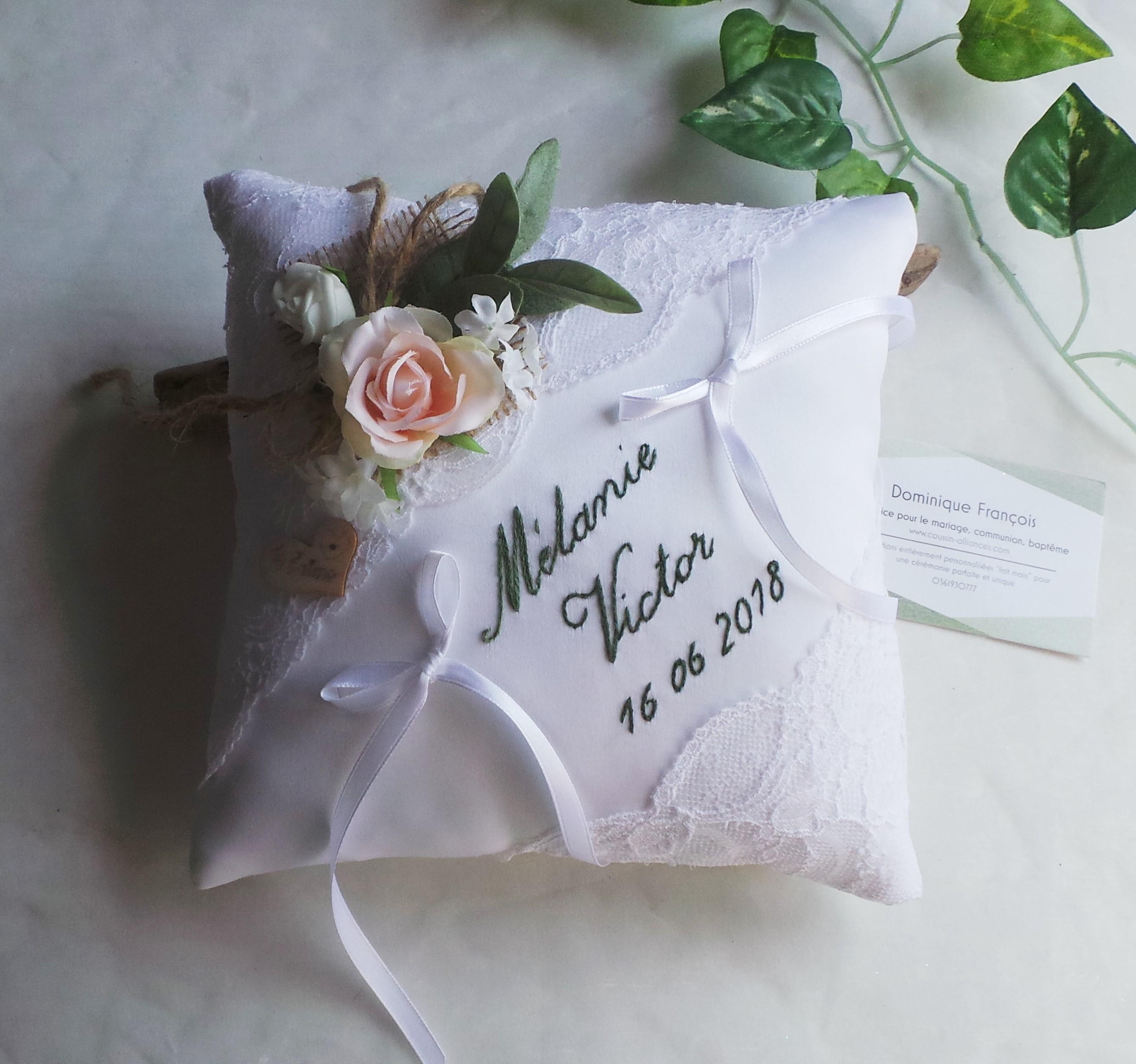 Coussin de mariage porte alliance champêtre chic blanc dentelle