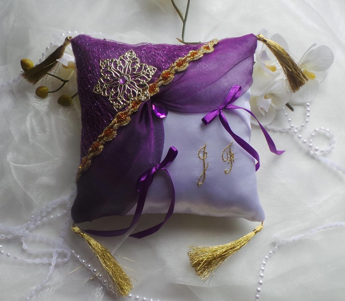 Coussin porte alliances de mariage oriental violet er or personnalisé