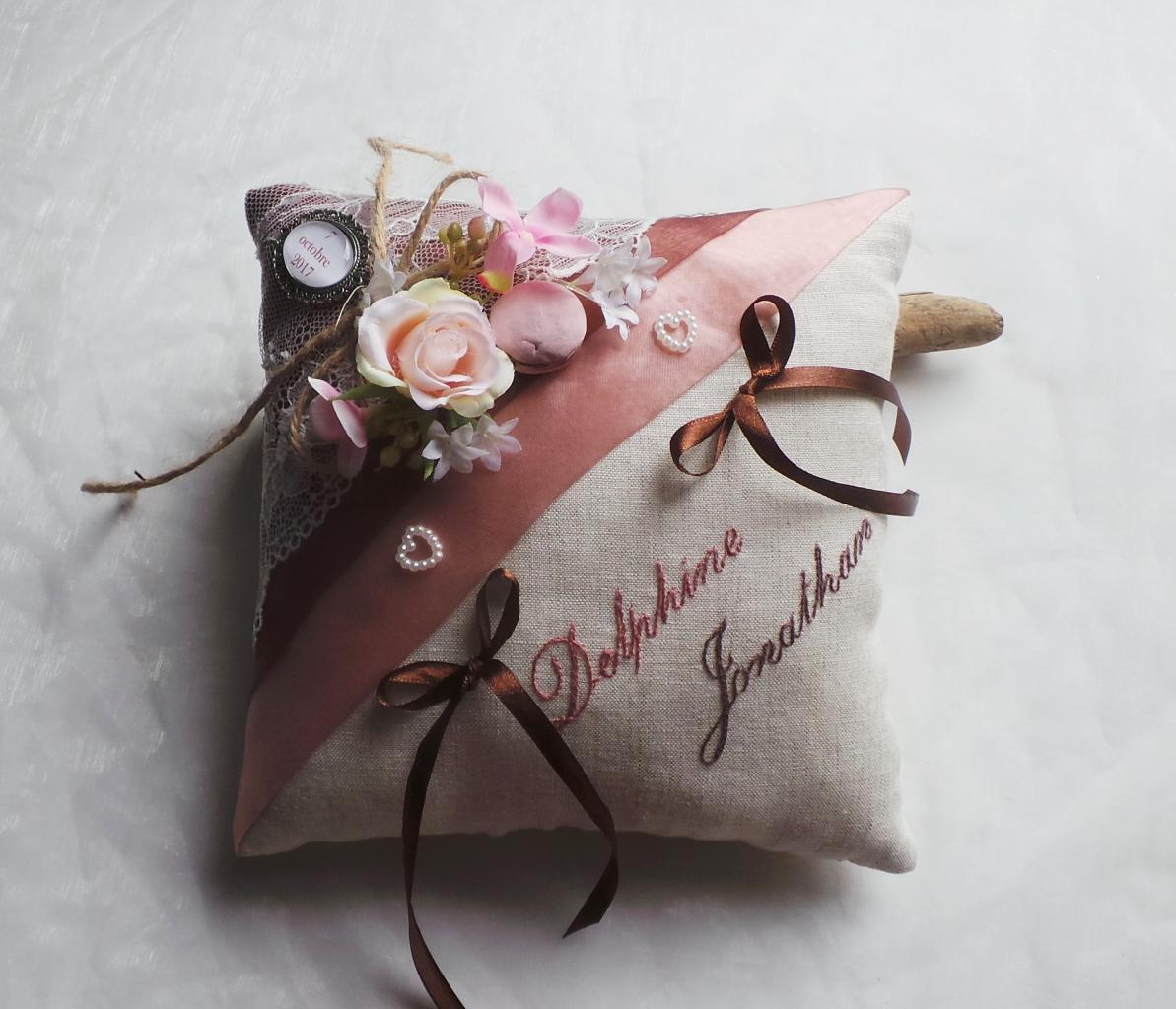 Coussin porte alliances gourmandise rétro lin rose ancien dentelle
