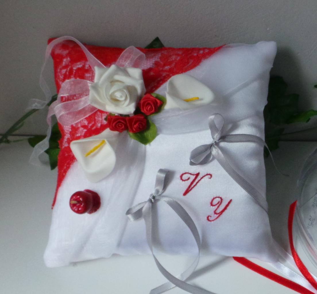 Coussin de mariage porte alliance romantique thème pomme d'amour