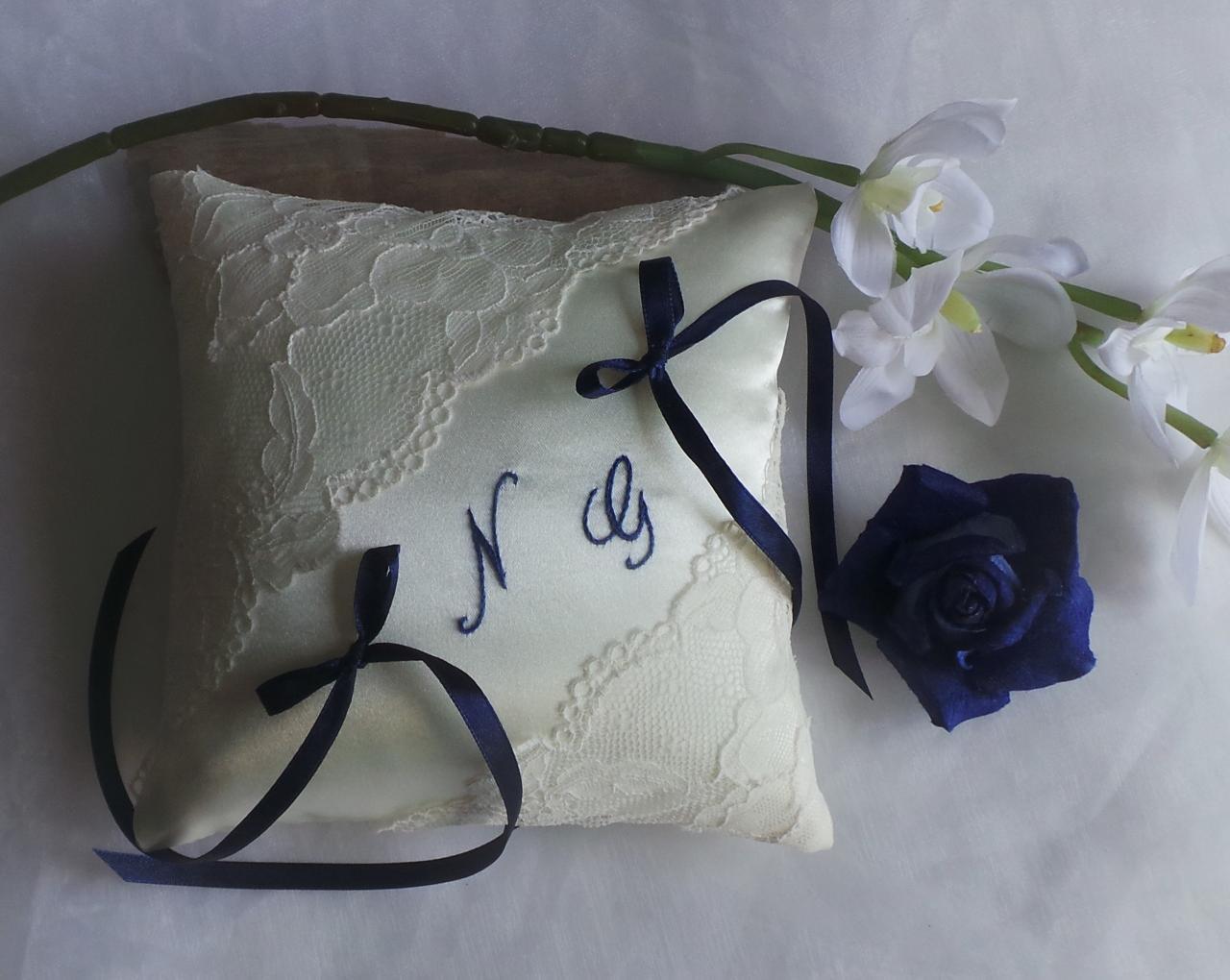 Coussin porte alliance dentelle ivoire bleu marine