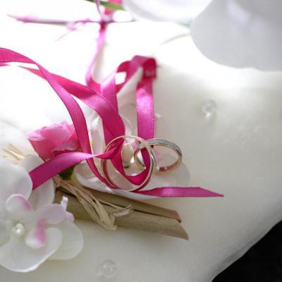Coussin porte alliance rose fuchsia blanc ivoire personnalisé