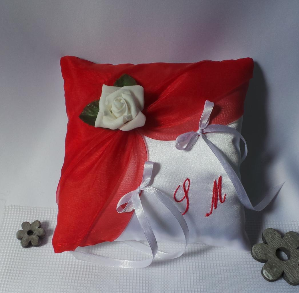 Coussin d'alliance mariage rouge chic brodé main