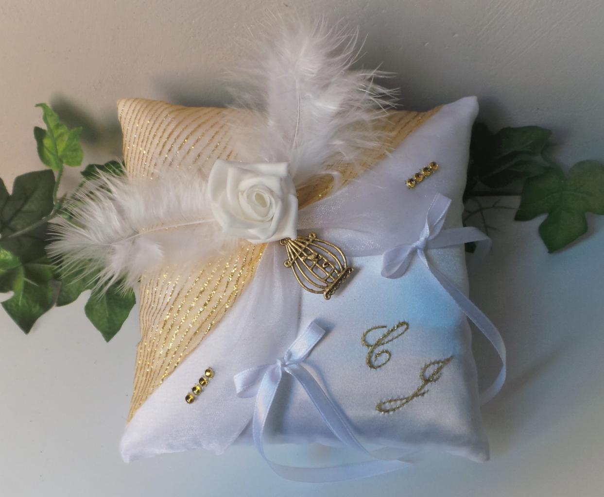 Coussin porte alliance blanc et or