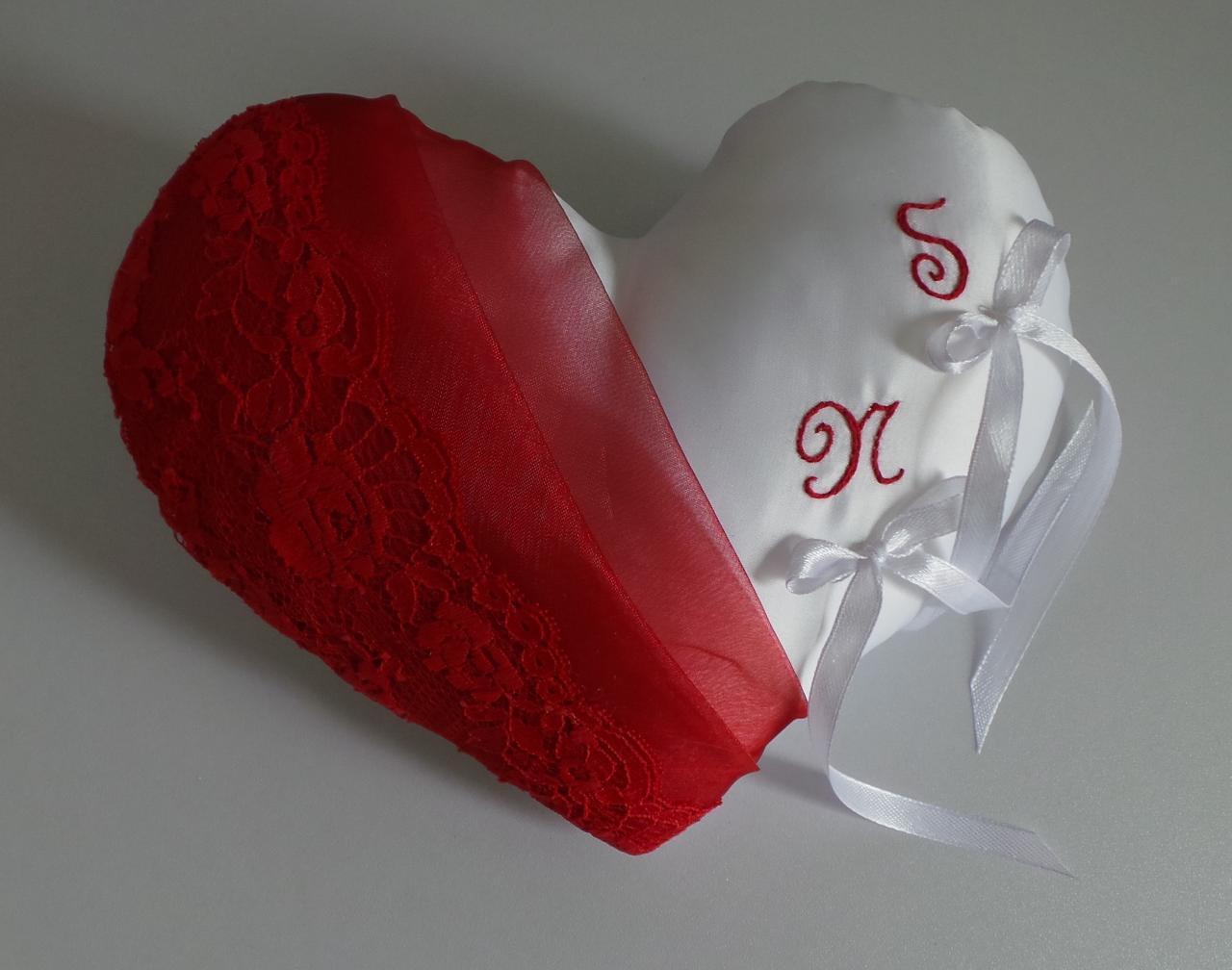 Coussin alliances coeur chic dentelle et organza rouge.