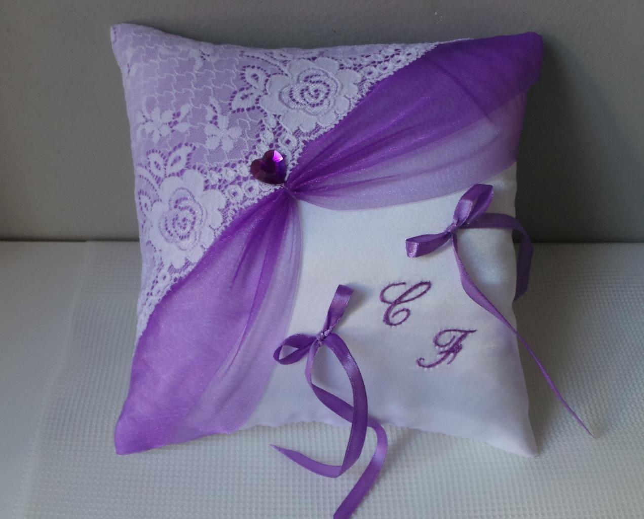 coussin alliance drapé violet, dentelle blanche
