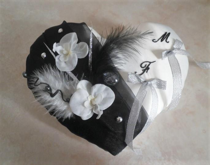 Coussin alliances noir orchidées plumes brodé main