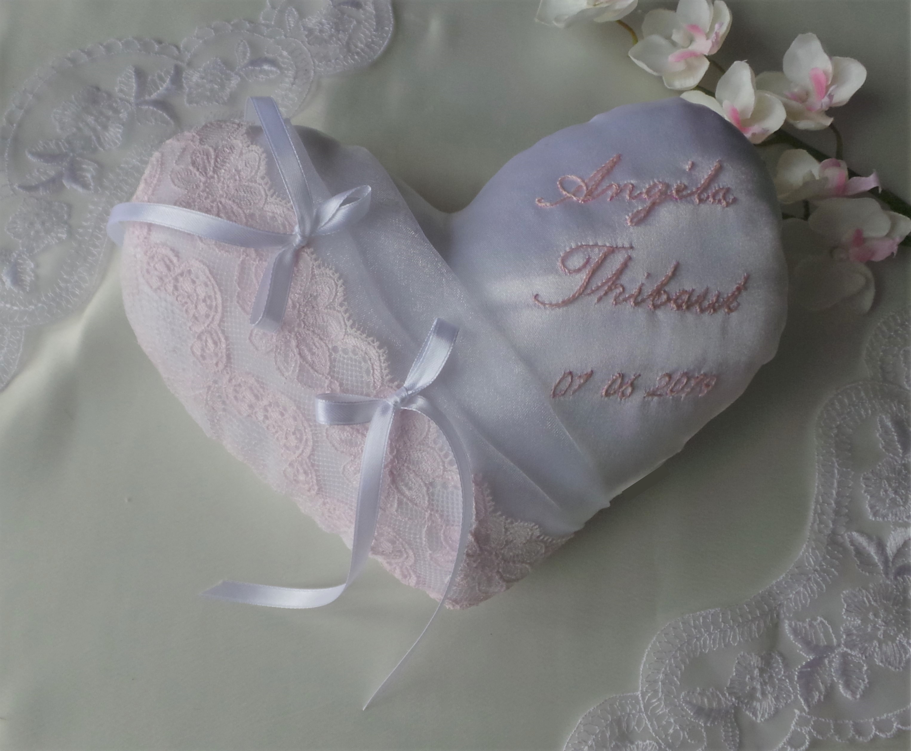 Coussin porte alliance coeur dentelle rose poudré pâle personnalisé