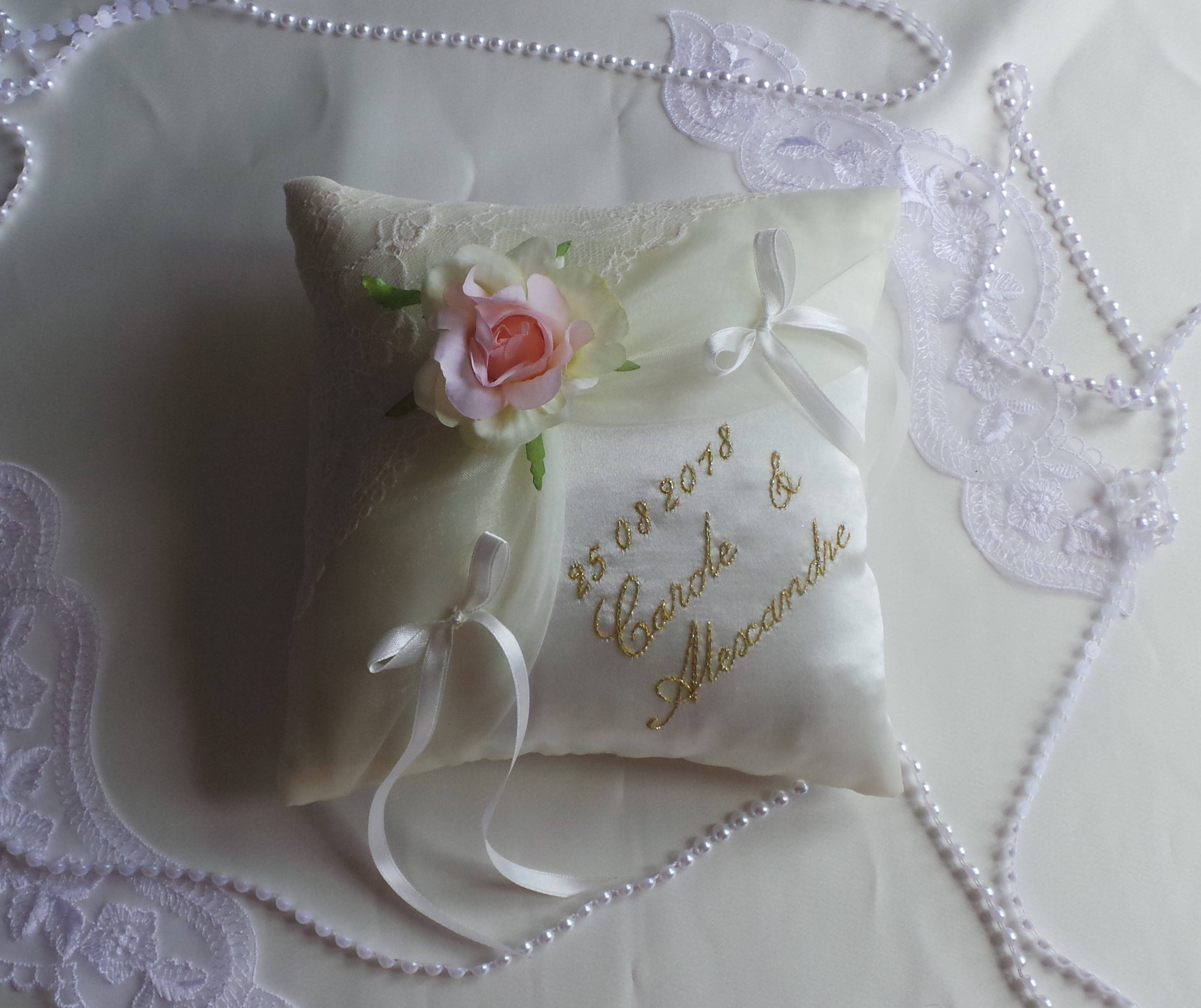 Coussin mariage dentelle ivoire or corail