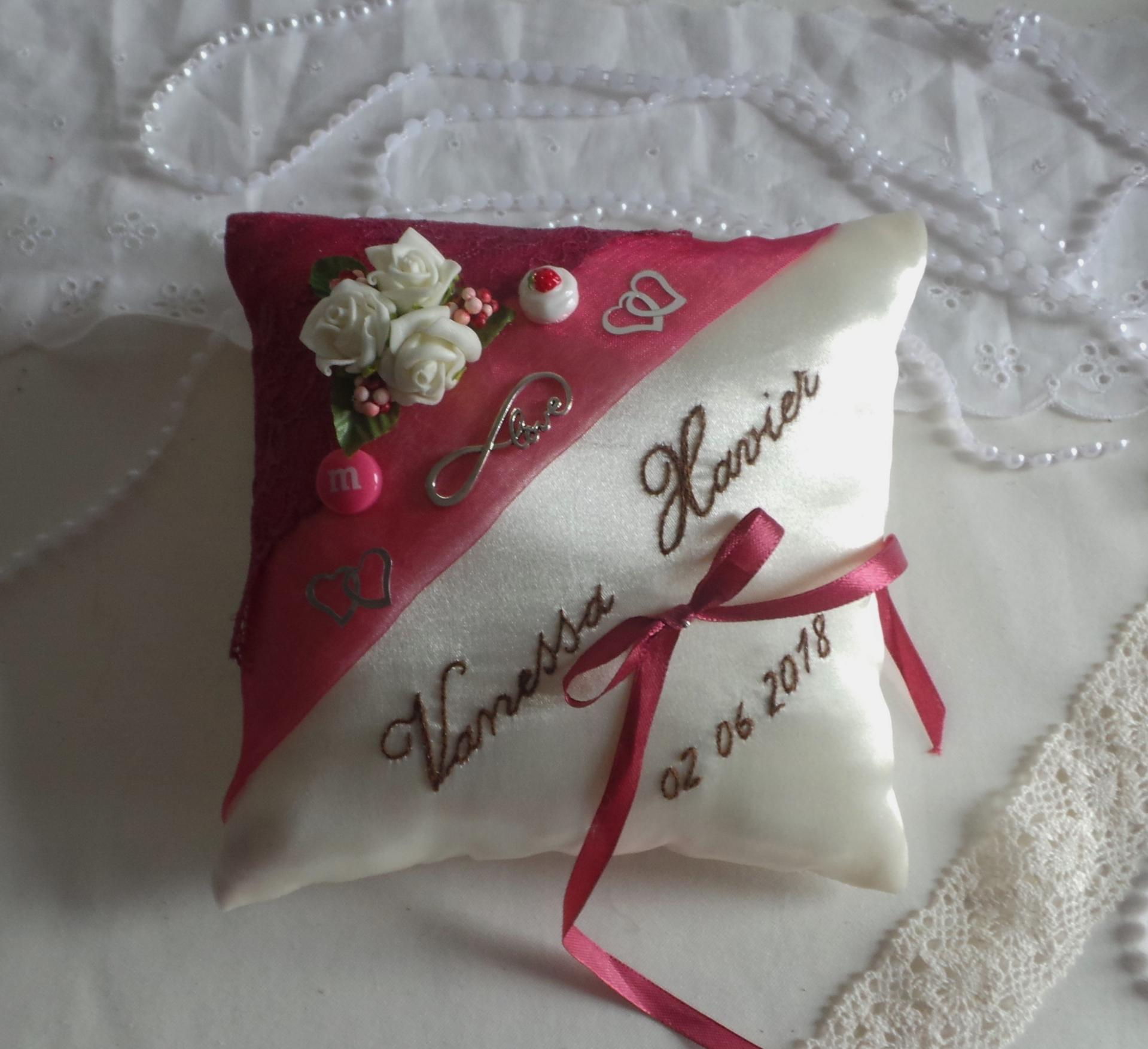 Coussin de mariage porte alliance gourmandise framboise chocolat