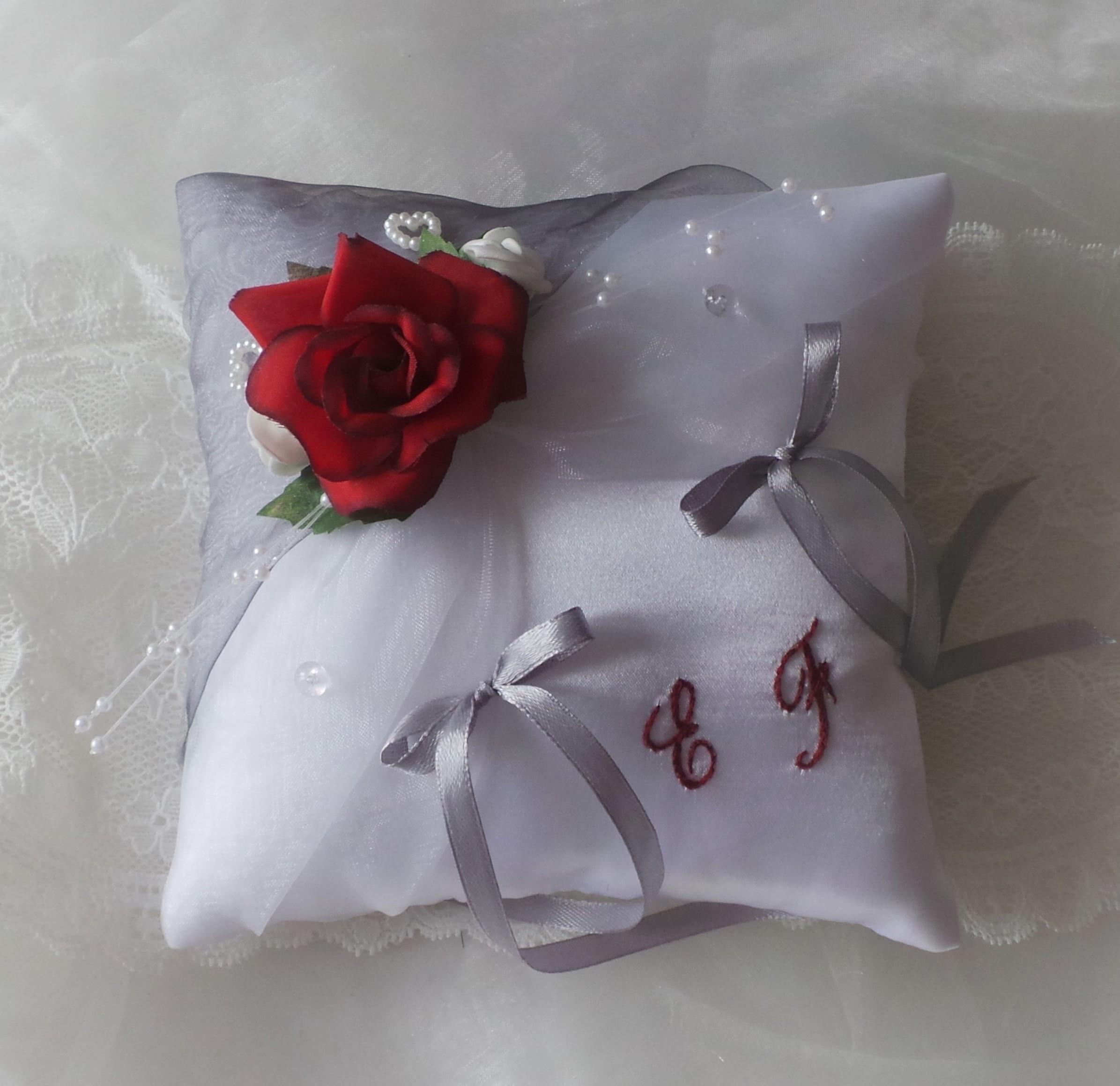 Coussin mariage gris blanc et rouge )