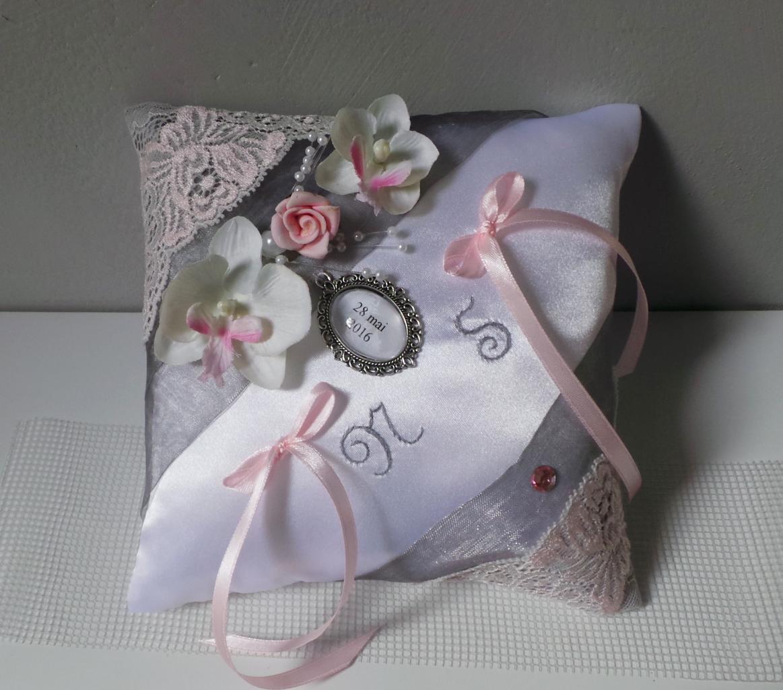 coussin mariage romantique chic médaillon, gris et dentelle rose