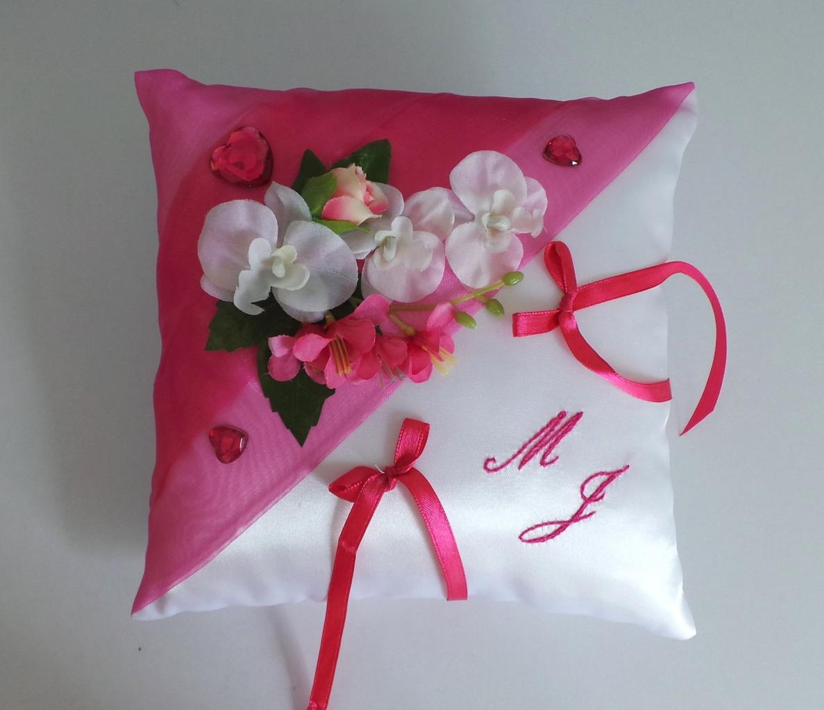 Coussin de mariage rose fuchsia blanc création sur mesure