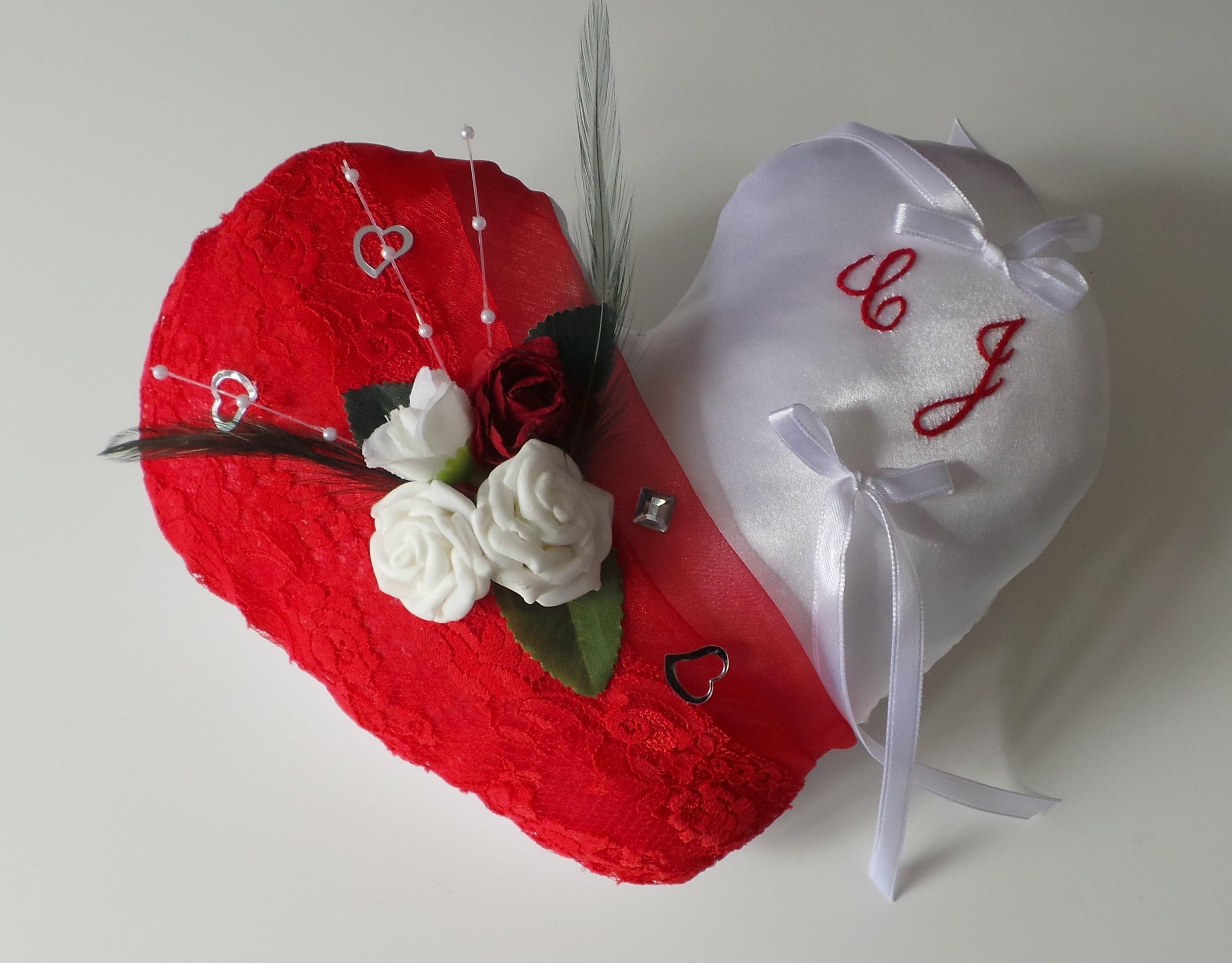 Coussin de mariage porte alliance coeur rouge blanc amour