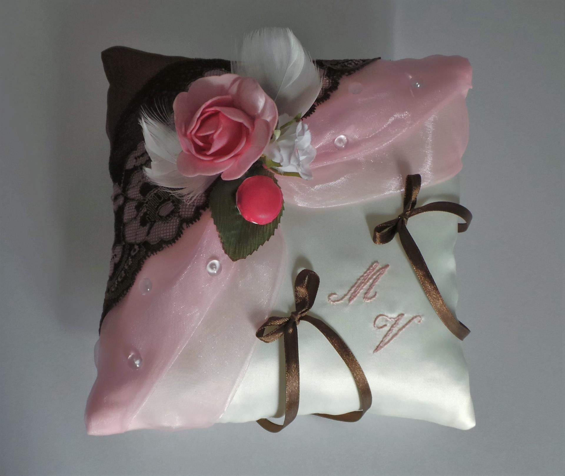 Coussin de mariage porte alliance thème gourmandise rose chocolat dentelle