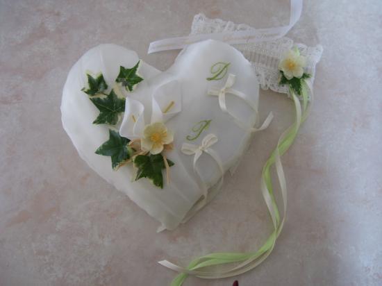 Coussin alliance coeur champêtre bohème chic blanc ivoire et vert  fait main