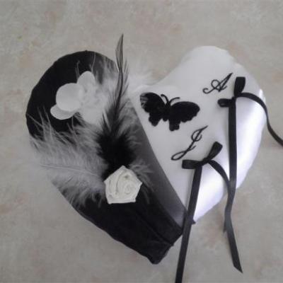 Coussin alliances coeur noir papillon plumes