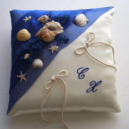 Coussin porte alliances thème mer, organza bleu roi, coquillages, algues marines
