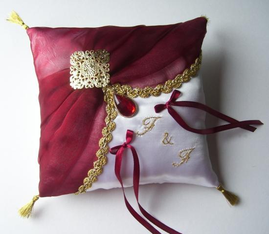 Coussin porte alliance oriental ivoire bordeaux et or