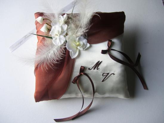 coussin mariage chocolat, orchidées plumes