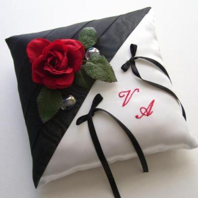 Coussin mariage noir/blanc rose rouge