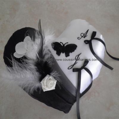 coussin alliances coeur noir et blanc papillon plumes