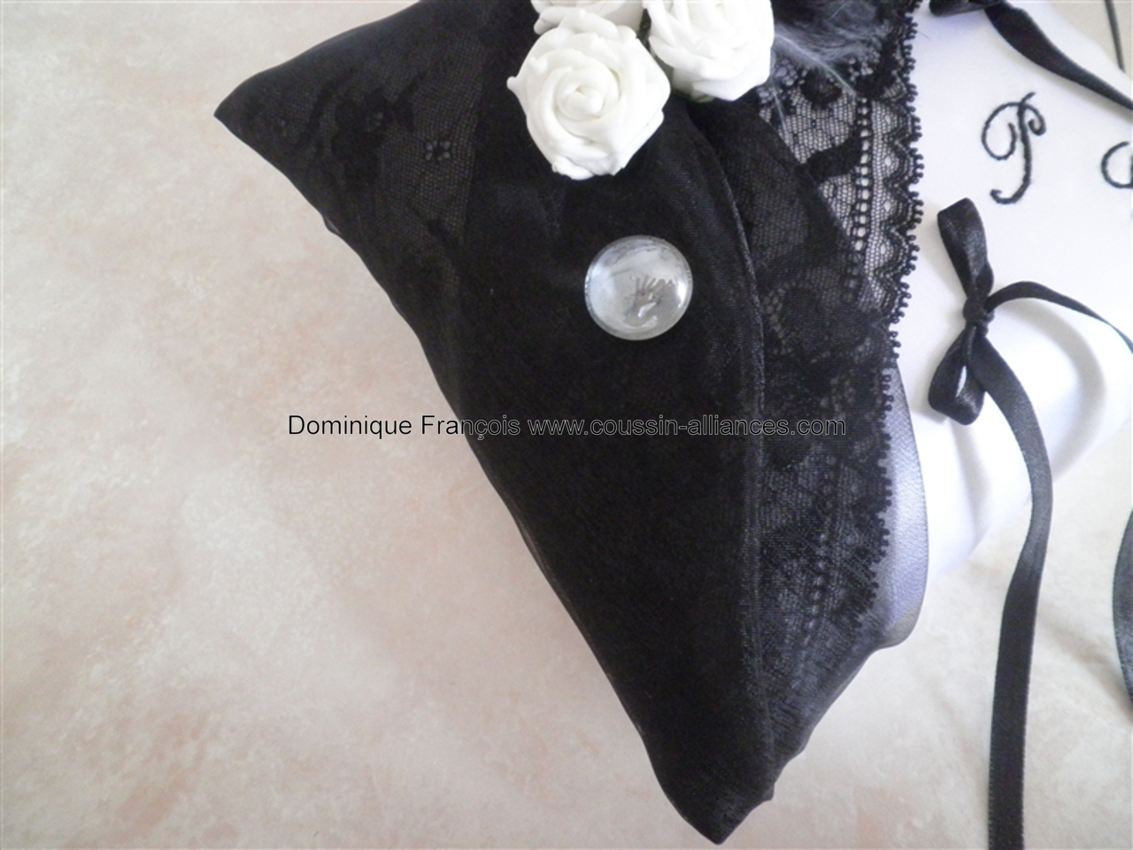 dentelle noire sous drapé organza noir