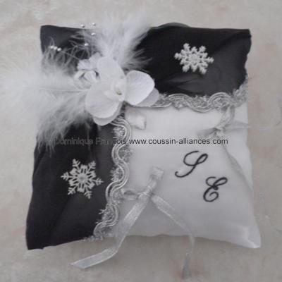 Coussin alliances noir argent et blanc, flocons de neige
