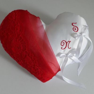Coussin alliance coeur dentelle et organza rouge
