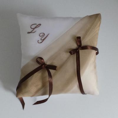 Coussin alliances beige taupe, rubans marron chocolat