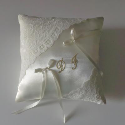 Coussin alliance dentelle ivoire initiales or