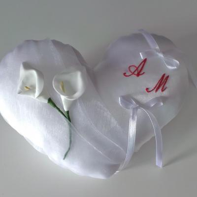 Coussin alliances coeur blanc, initiales brodées rouge
