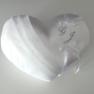 Coussin d'alliances coeur blanc initiales brodées argent