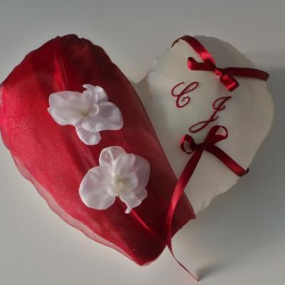 Coussin d'alliances coeur bordeaux orchidées