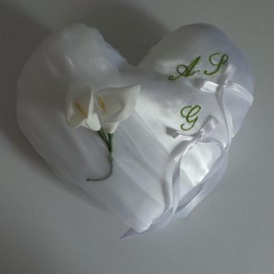 Coussin d'alliances coeur blanc Initiales brodée au fil vert