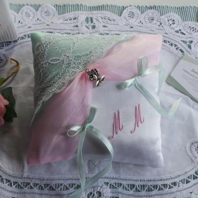 Coussin alliance rose et vert pastel dentelle personnalisé