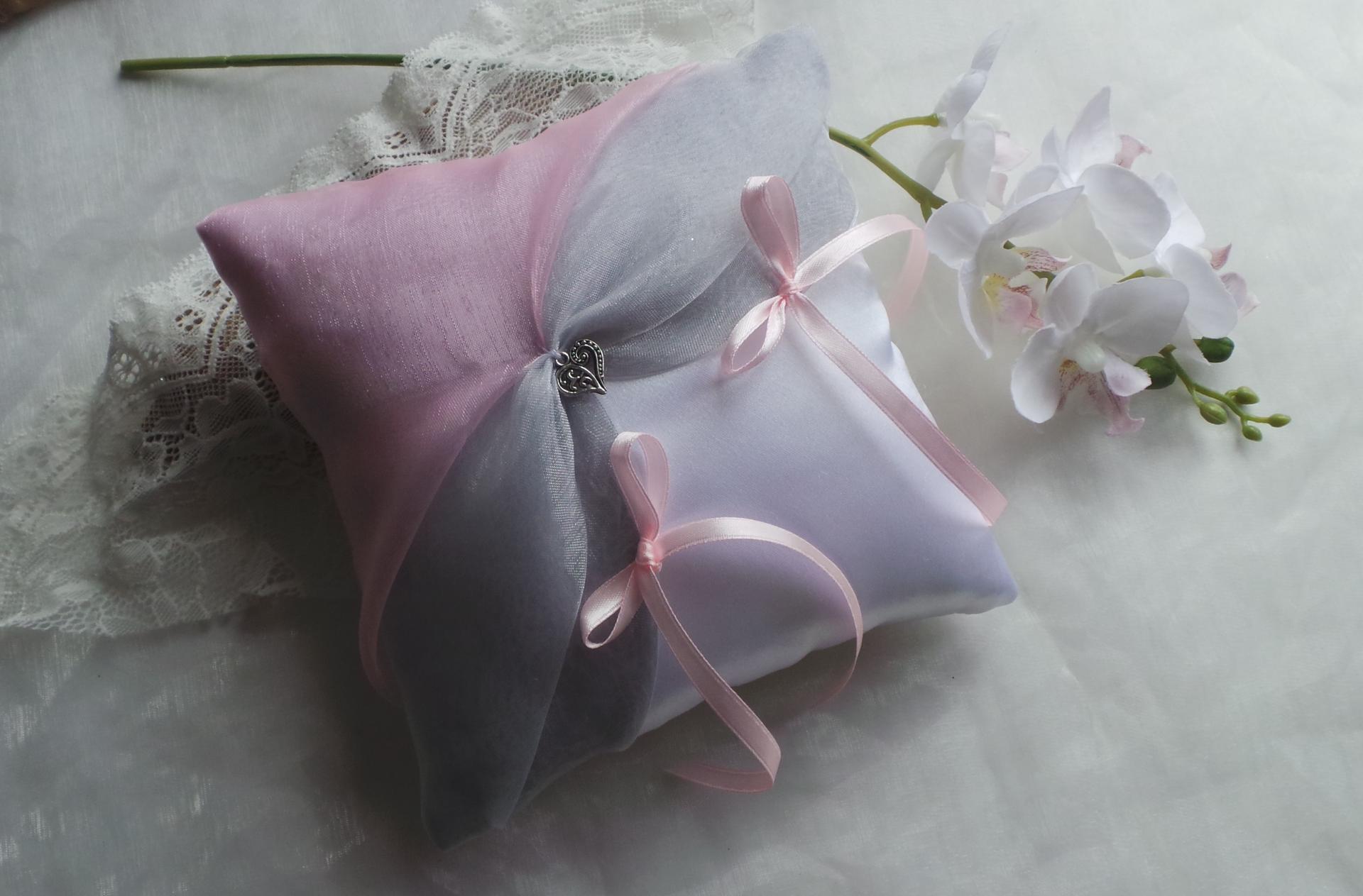 Coussin alliance chic gris et rose pale blanc ou ivoire personnalise