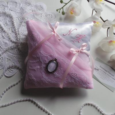Coussin alliance chic rose pale et blanc dentelle de calais brode main personnalise 1