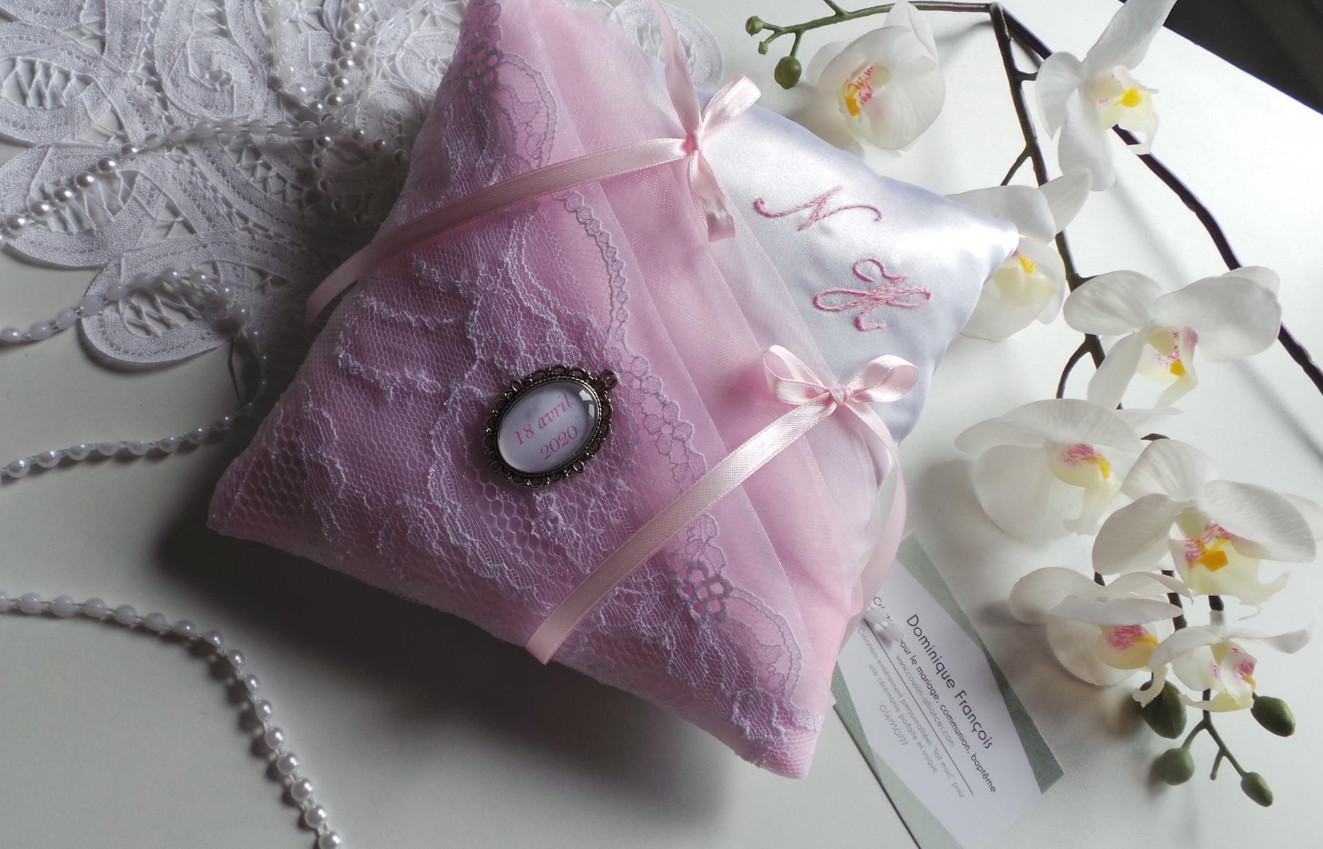 Coussin alliance chic rose pale et blanc dentelle de calais brode main personnalise 3