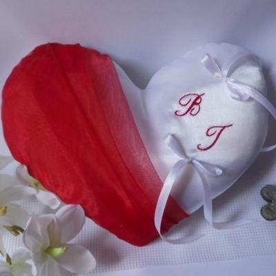 Coussin alliance coeur rouge blanc ou ivoire personnalise