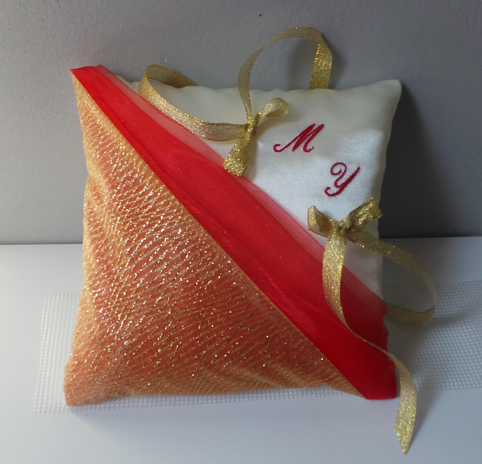 Coussin alliance decoration mariage rouge et or