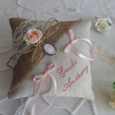 Coussin alliance jute lin et dentelle mariage champetre rose 1