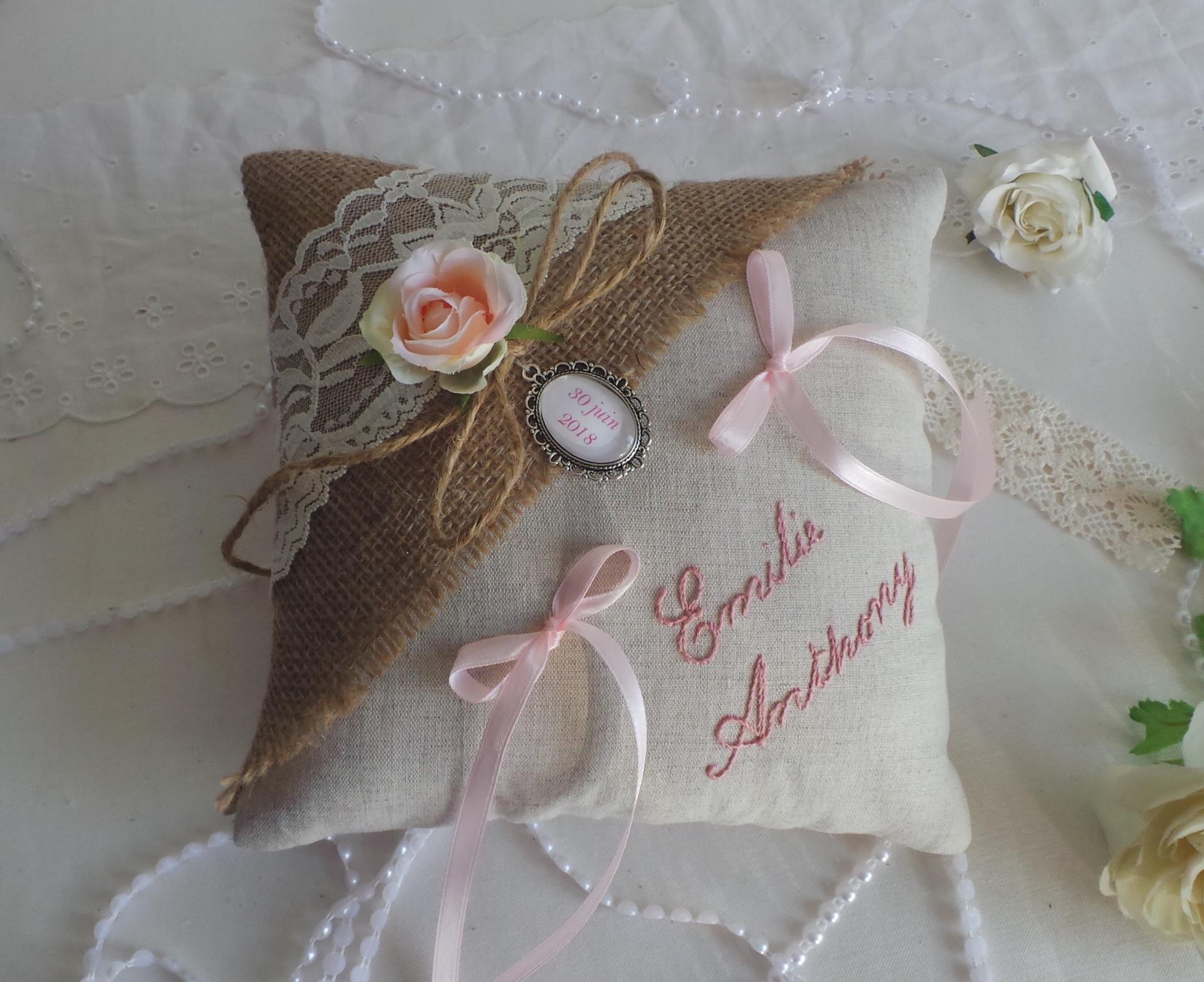 Coussin alliance jute lin et dentelle mariage champetre rose 2